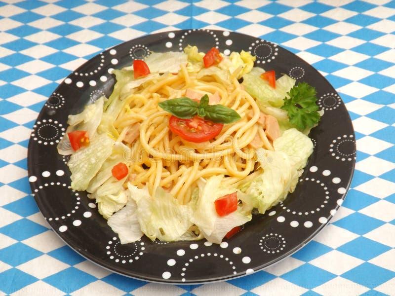 Salat mit Teigwaren stockfoto