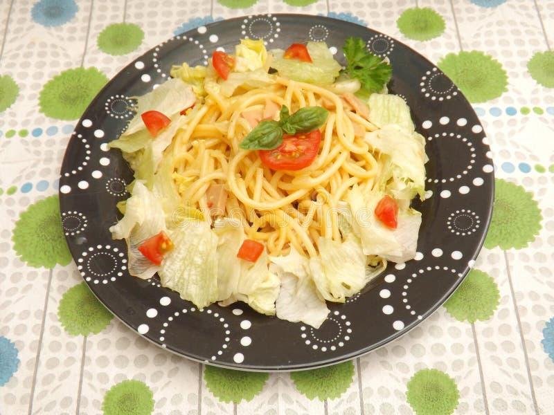 Salat mit Teigwaren lizenzfreie stockbilder