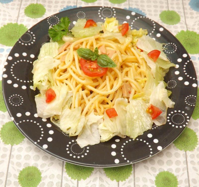 Salat mit Teigwaren lizenzfreies stockfoto