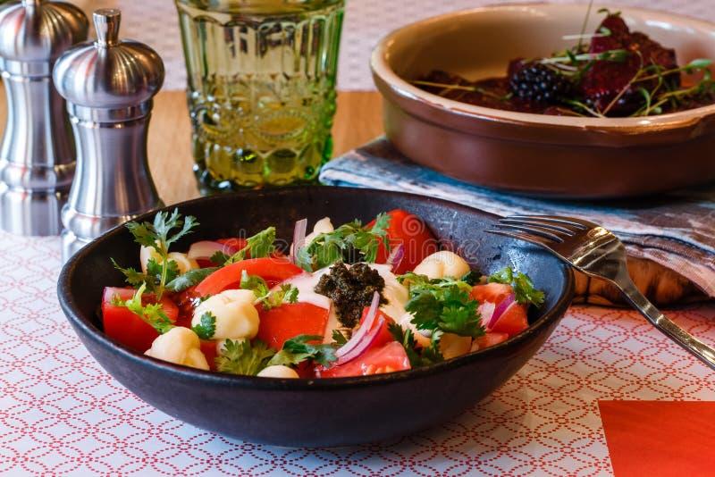 Salat mit Tomaten in einem ländlichen, chechil Käse stockbild
