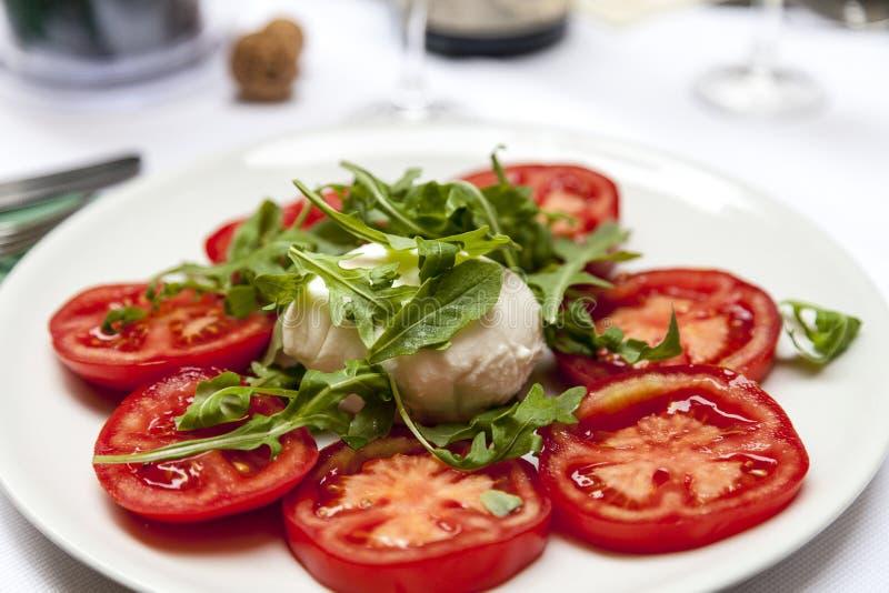 salat mit tomaten mozzarella und rucola auf wei er platte stockfoto bild von k stlich. Black Bedroom Furniture Sets. Home Design Ideas