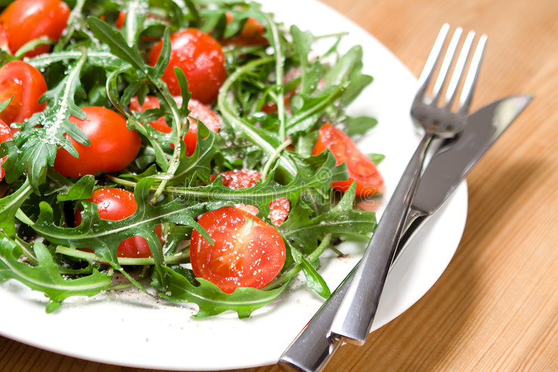 Salat mit Tomaten und rucola lizenzfreies stockbild