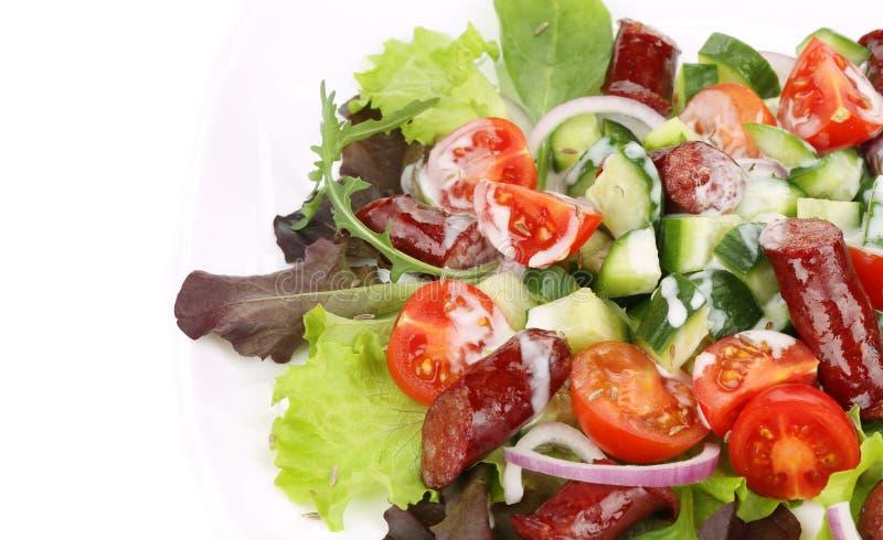 Salat mit Würsten lizenzfreies stockbild