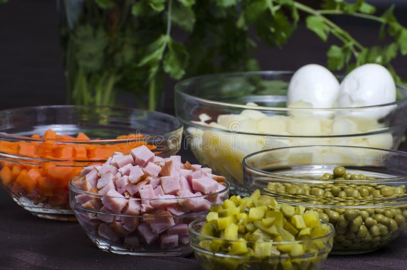 Salat Olivier - Bestandteile lizenzfreies stockfoto