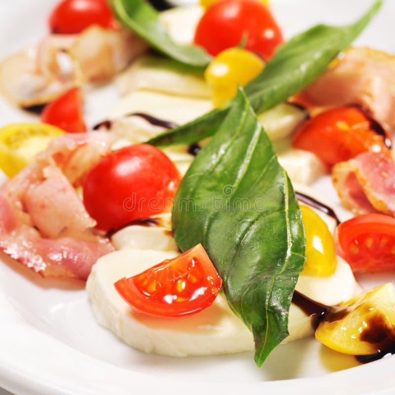 Salat - Tomate mit Mozzarella lizenzfreie stockfotos