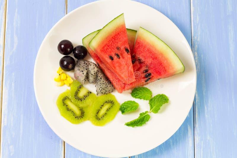 Salat und Frucht in einer Vielzahl von colcrs stockfotografie