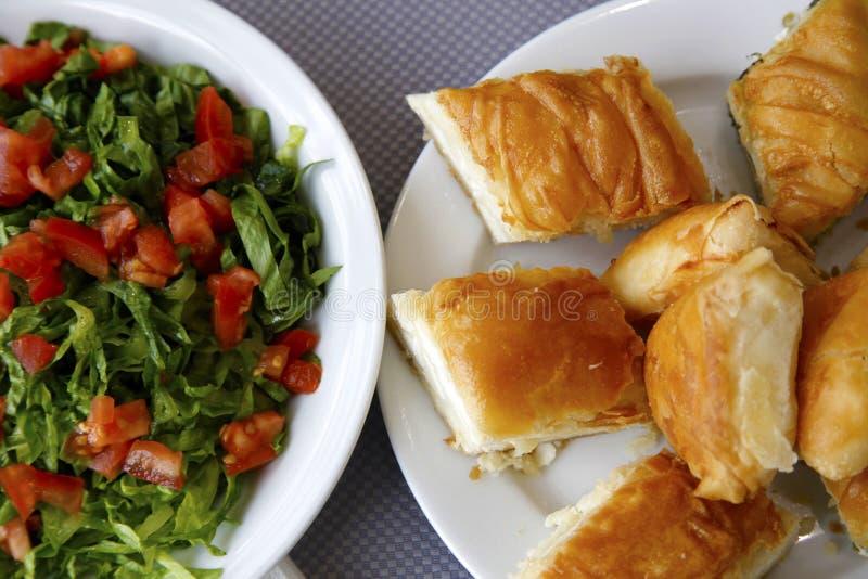 Salat und Torte lizenzfreies stockbild