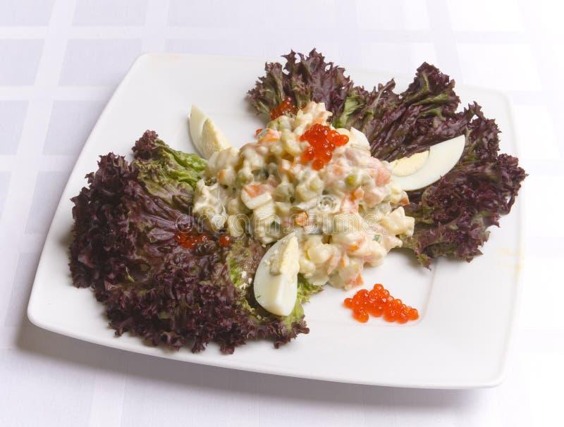 Salat verziert mit Blättern stockbild