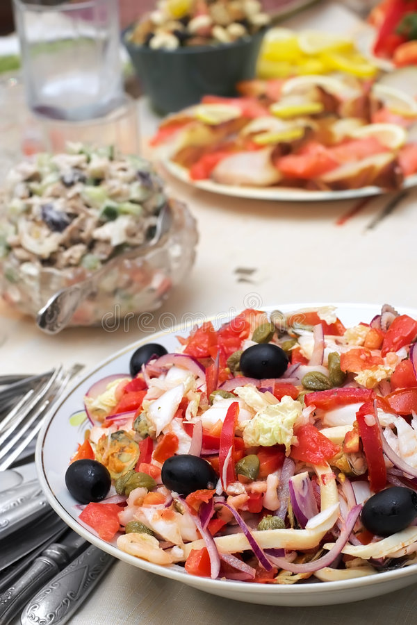 Salat von den essbaren Meerestieren mit Oliven und Gemüse stockfoto