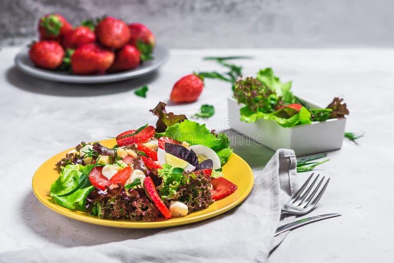Salat von der Erdbeere, Käse Salat auf einer gelben Platte stockbild
