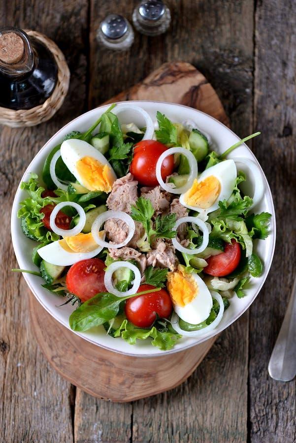 Salat von eingemachtem Thunfisch mit Kopfsalat, Kirschtomaten, Gurke, Zwiebel und gekochtem Ei Gesunde Nahrung lizenzfreie stockfotos