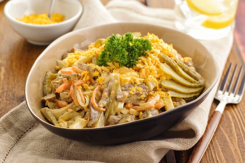Salat von gebratenen Hühnerherzen mit Gemüse, Eigelb und Mayonnaise lizenzfreies stockbild