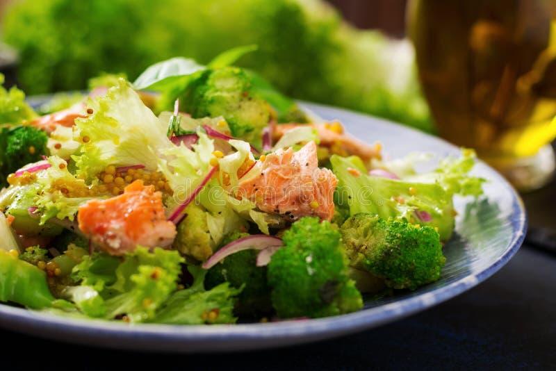 Salat von gedämpften Fischlachsen, -brokkoli, -kopfsalat und -c$kleiden lizenzfreie stockfotos