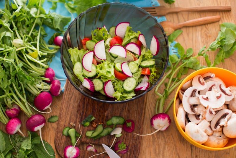 Salat von gehacktem Frischgemüse stockbild