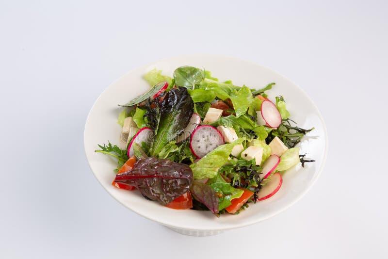 Salat von Grüns, von Käse und von Rettich auf weißem Hintergrund stockfotos