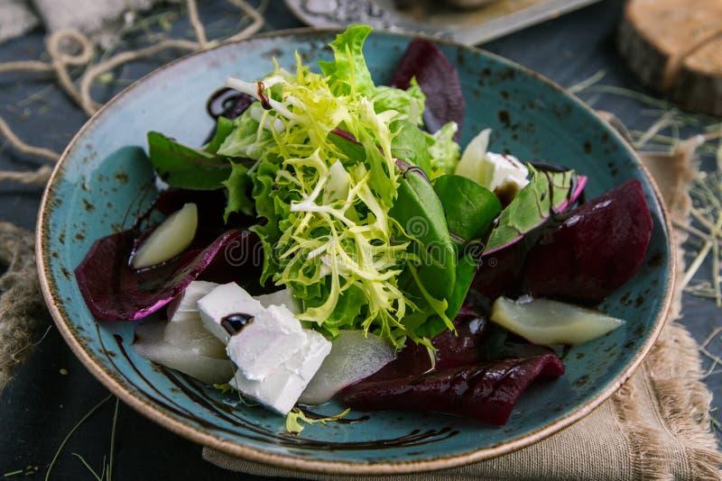 Salat von neuen Grüns, von Käse und von Rettich in der rustikalen Art lizenzfreie stockfotografie