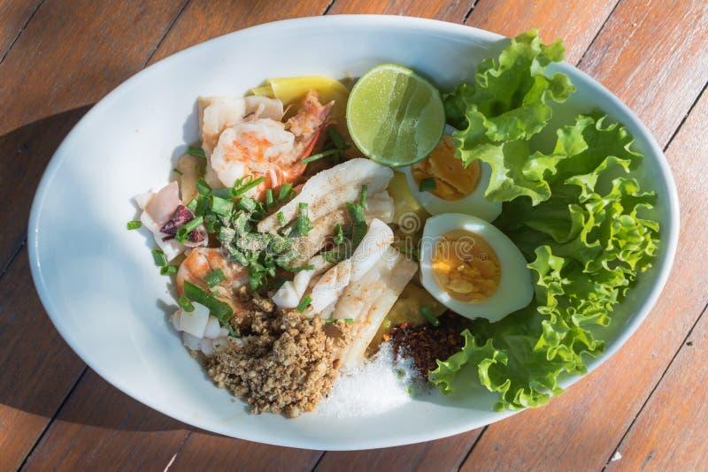 Salatbestandteil Meeresfrüchte der Draufsicht würziger mit Kalmargarnelenfischen und thailändischem Lebensmittel des Eies lizenzfreies stockbild