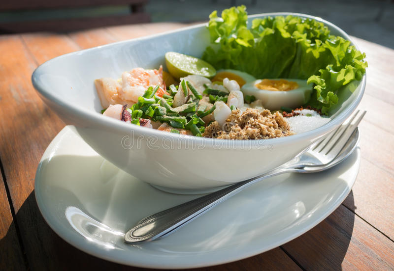 Salatbestandteil Meeresfrüchte der Draufsicht würziger mit Kalmargarnelenfischen und thailändischem Lebensmittel des Eies stockfotografie