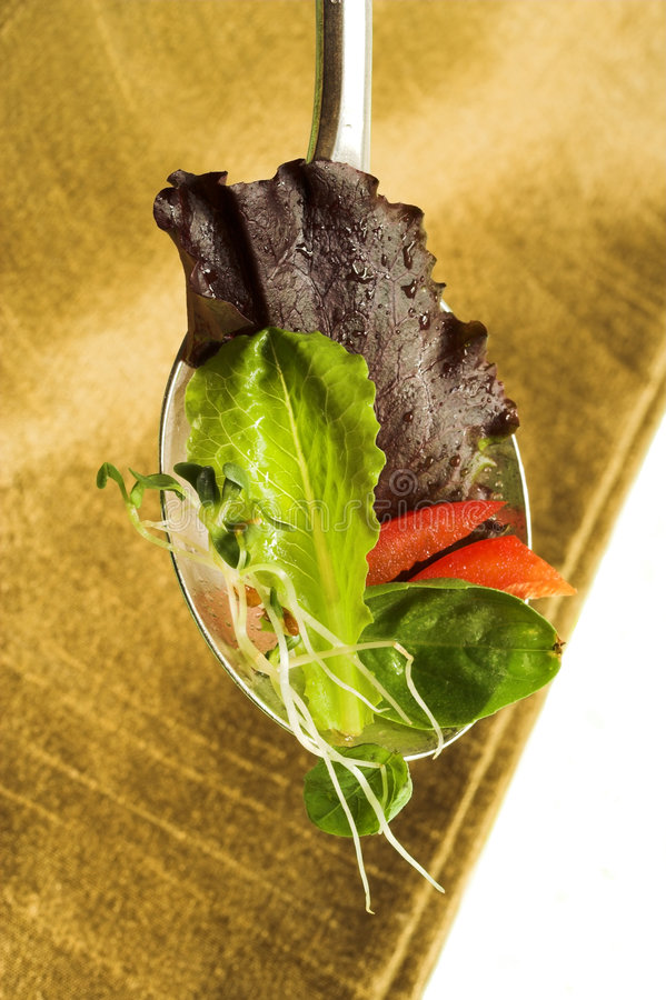 Salatblätter auf Löffel stockfoto
