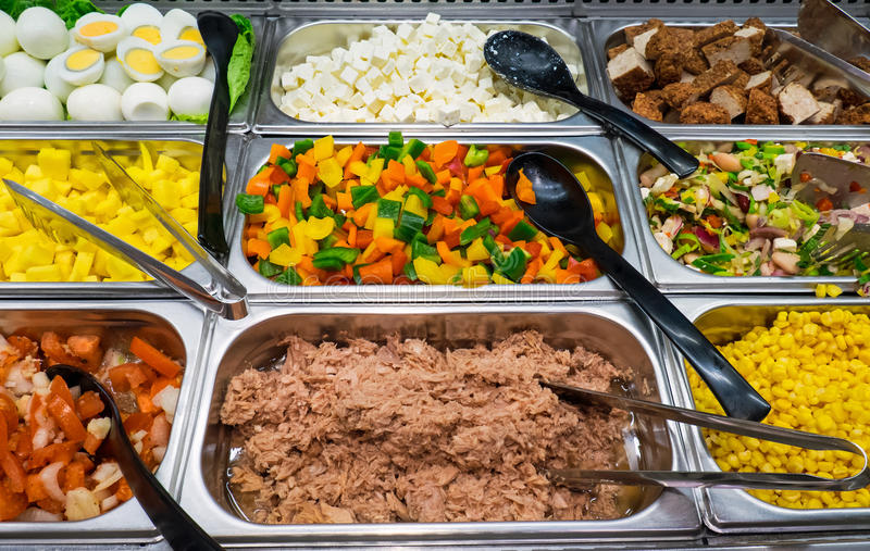 Salatbuffet mit vieler Wahl lizenzfreie stockfotos