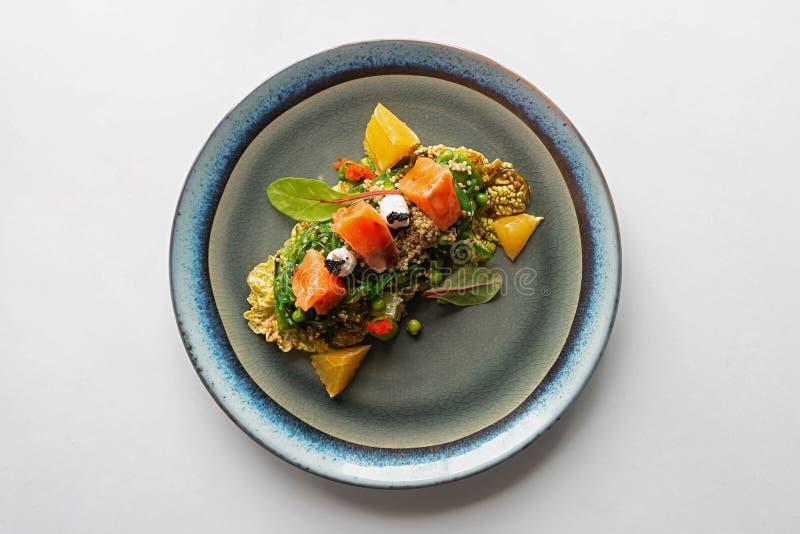 Salate på vit backgorund arkivbilder
