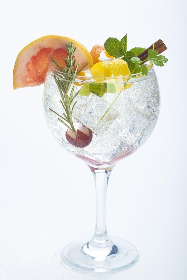 Salatfrucht-Ginstärkungsmittel über Weiß lizenzfreies stockfoto