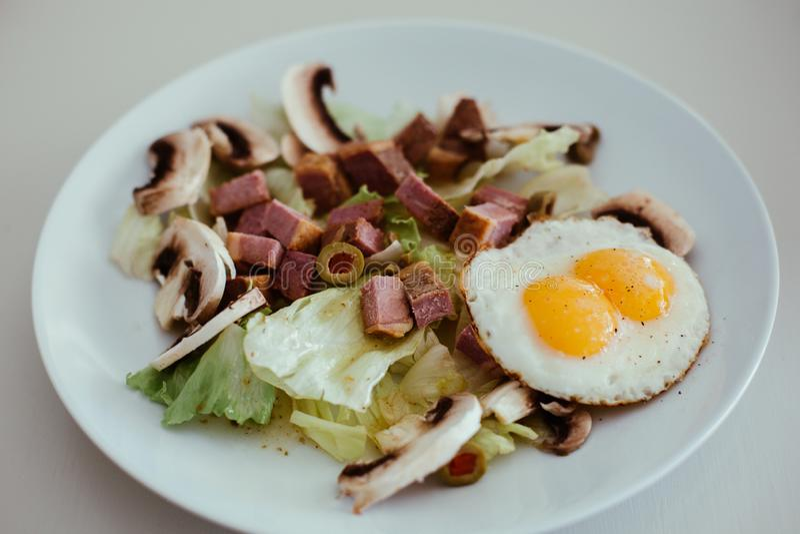 Salatgericht mit Veggie, Ei, Fleisch stockfoto