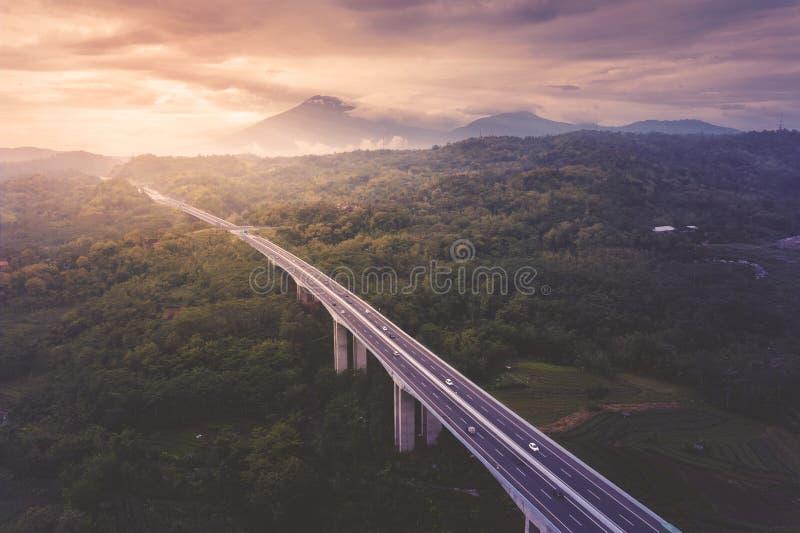 Salatiga tollway en el tiempo de la puesta del sol fotos de archivo