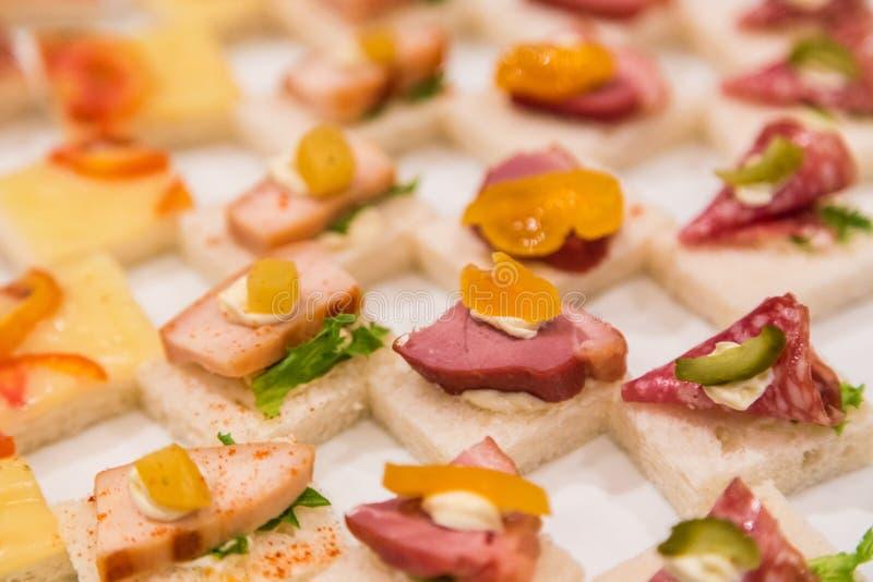 Salatino con varietà di panino al prosciutto per la festa nuziale immagini stock libere da diritti