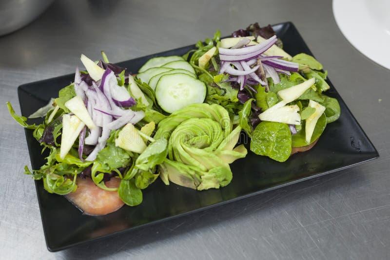 Salatkonzept der hohen Küche des strengen Vegetariers lizenzfreie stockbilder