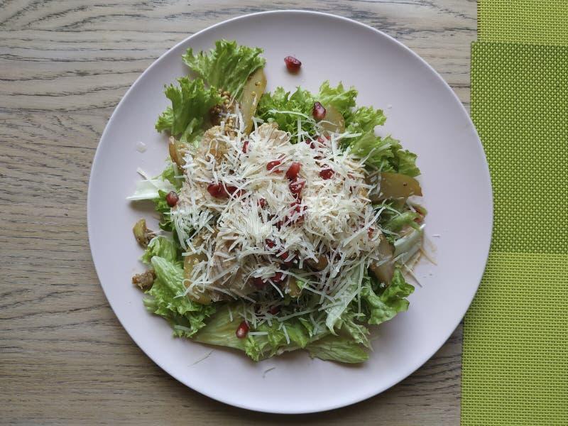 Salatmischung, Putenfilet, Birne, Parmesan-Käse, Cracker, Sauce stockfotos