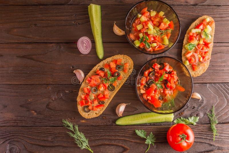Salatsandwiche, Tomatensalat mit Oliven und Gurke grün lizenzfreie stockfotografie