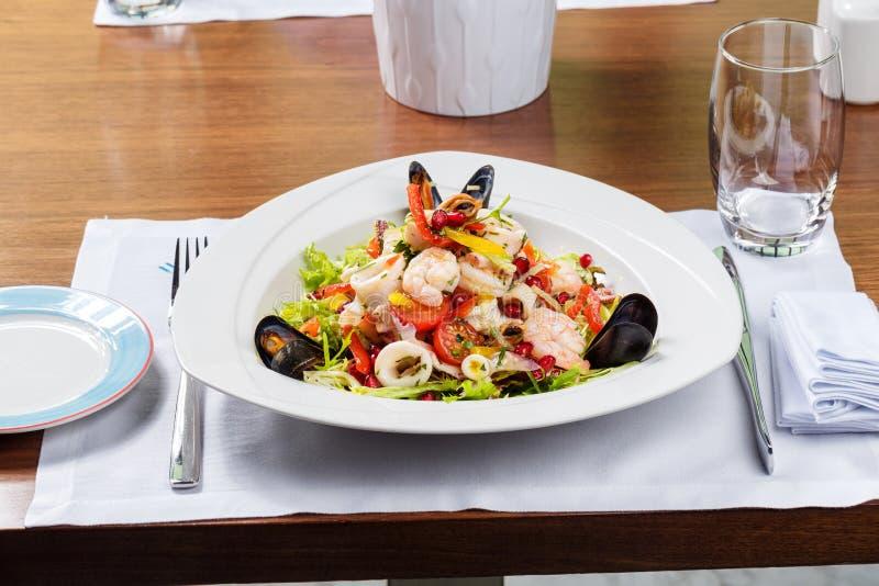 Salatseecocktail mit Krake, Miesmuscheln, Kalmarringen und Garnelen lizenzfreies stockfoto