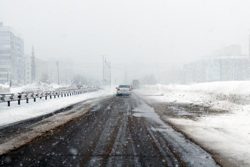 Salavat, Rusland - Februari 26, 2017: het gevaarlijke drijven, weg met auto's in blizzard stock foto