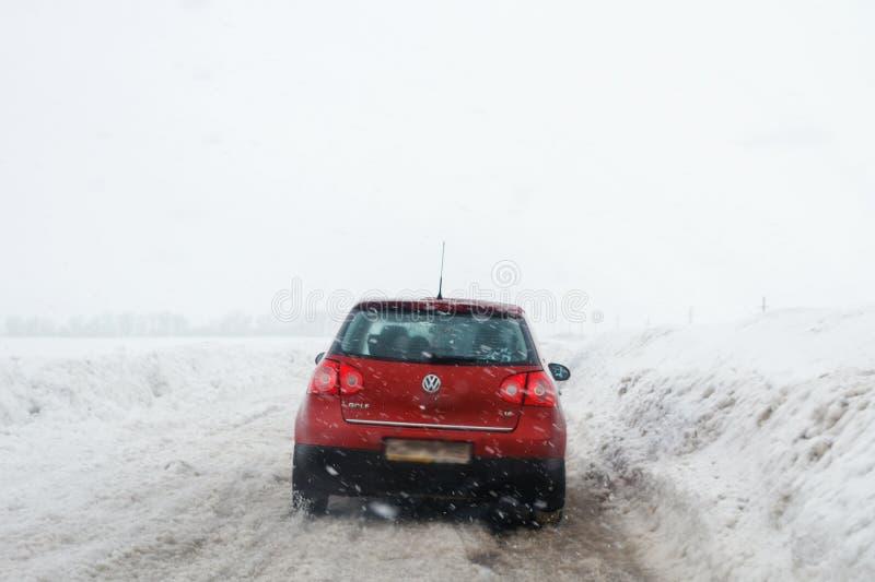 Salavat Ryssland - Februari 26, 2017: farlig körning, väg med bilen i häftig snöstorm royaltyfri bild