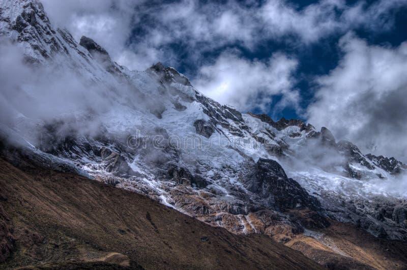 Salcantay berg på slingan i HDR arkivfoton