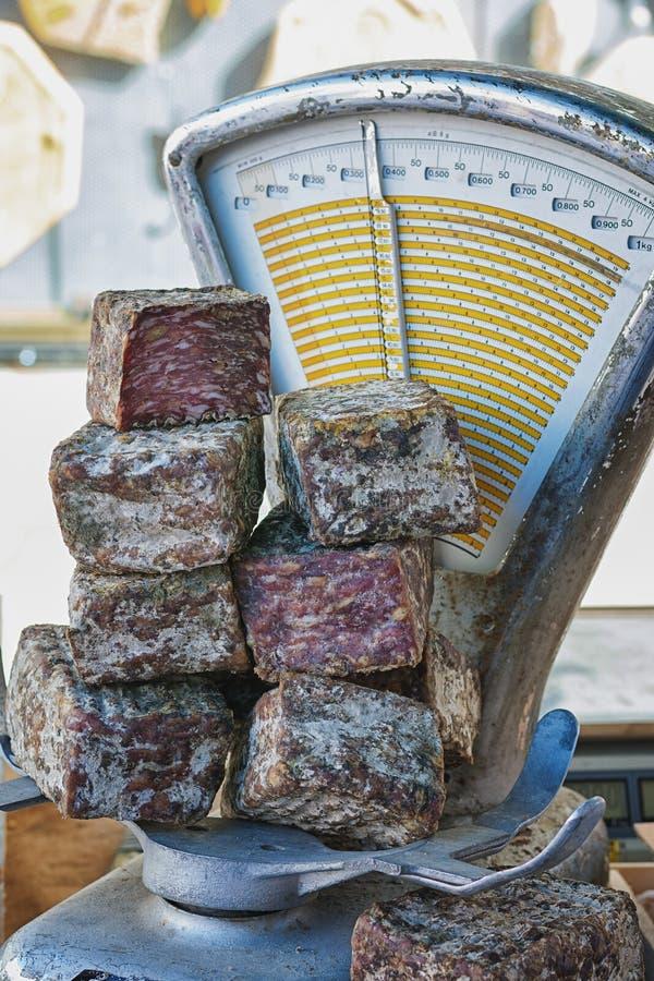 Salchicha ahumada en las escalas en el mercado en el arco del ` de Vallon Pont d, Francia foto de archivo libre de regalías