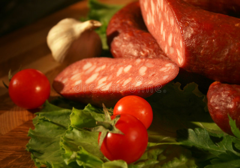 Salchicha con los tomates y el ajo en estilo de país fotos de archivo