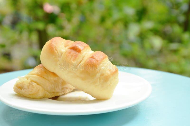salchicha de cerdo rellena pan en plato fotos de archivo libres de regalías