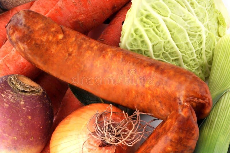 Salchicha de cerdo y verduras crudas en primer imagenes de archivo