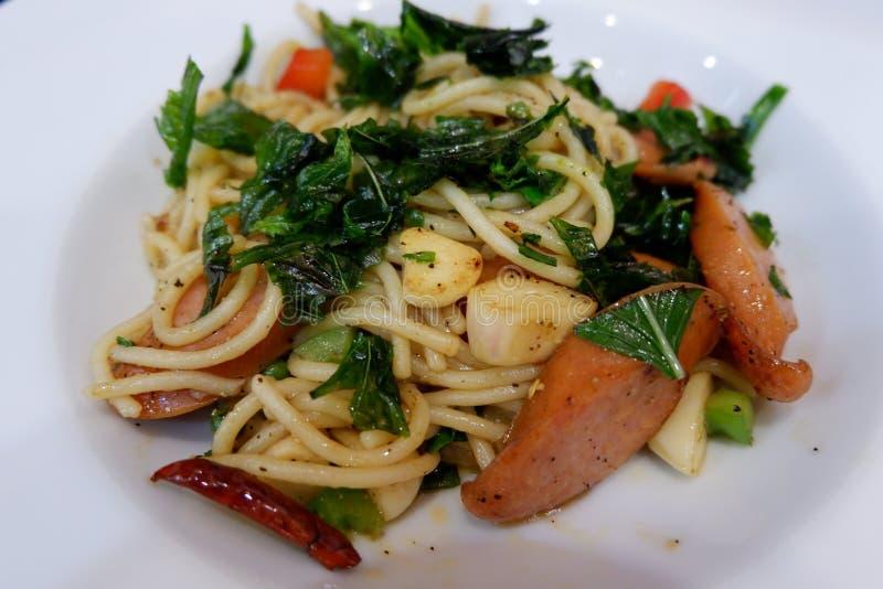 Salchicha de los espaguetis con el chile secado picante fotografía de archivo
