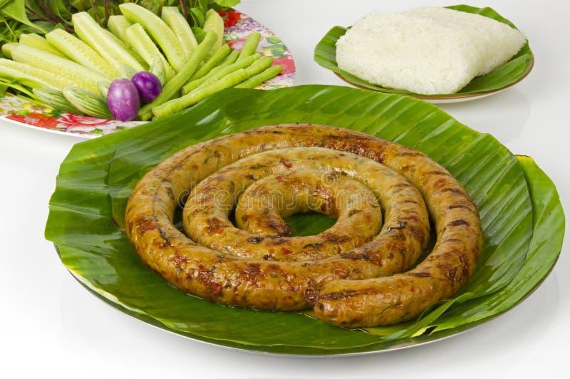 Salchicha picante tailandesa asada a la parrilla Sai Aua de Notrhern con arroz pegajoso en el fondo blanco del fondo blanco fotos de archivo libres de regalías