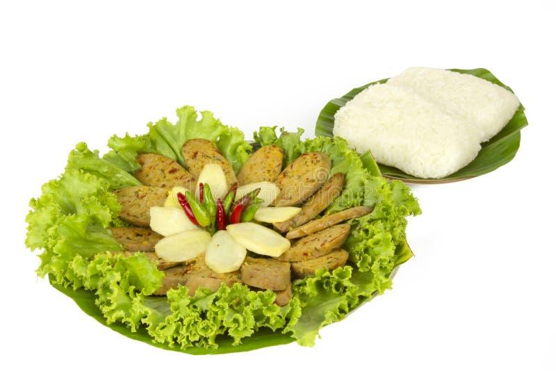 Salchicha picante tailandesa asada a la parrilla Sai Aua de Notrhern con arroz pegajoso en el fondo blanco del fondo blanco fotos de archivo