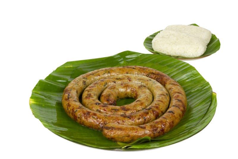 Salchicha picante tailandesa asada a la parrilla Sai Aua de Notrhern con arroz pegajoso en el fondo blanco del fondo blanco con l fotos de archivo libres de regalías