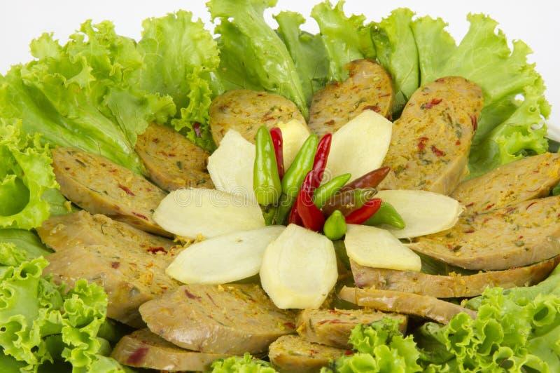 Salchicha picante tailandesa asada a la parrilla Sai Aua de Notrhern en el fondo blanco del fondo blanco imagenes de archivo