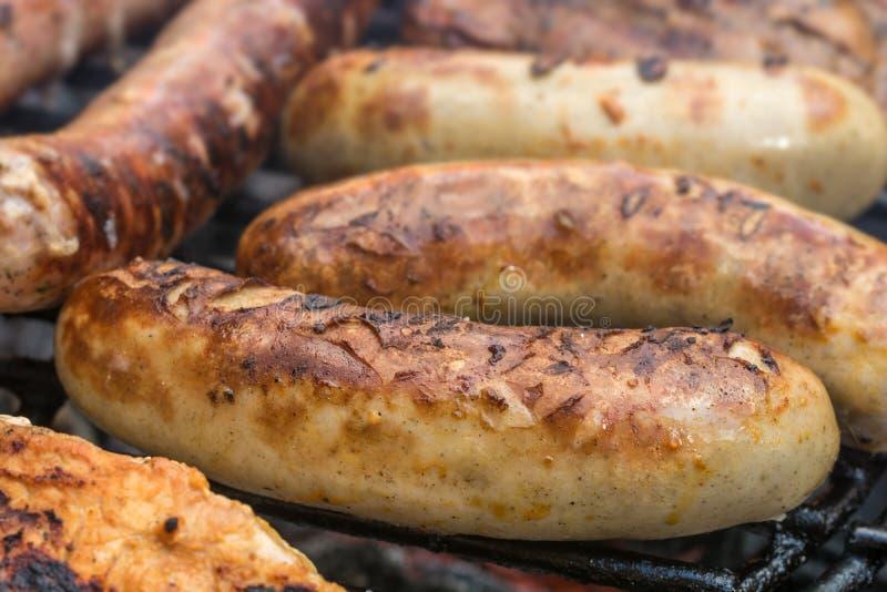 Salchichas asadas deliciosas en una parrilla imagen de archivo libre de regalías