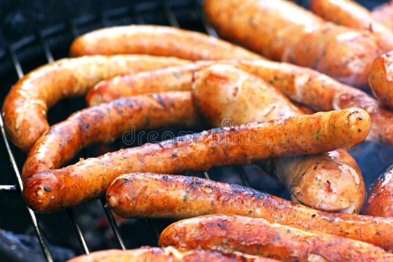 Salchichas asadas a la parrilla calientes mouthwatering asadas a la parrilla para un partido fotografía de archivo libre de regalías