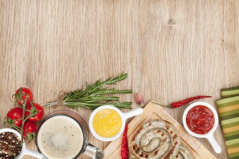 Salchichas asadas a la parrilla con la salsa de tomate, mostaza foto de archivo libre de regalías