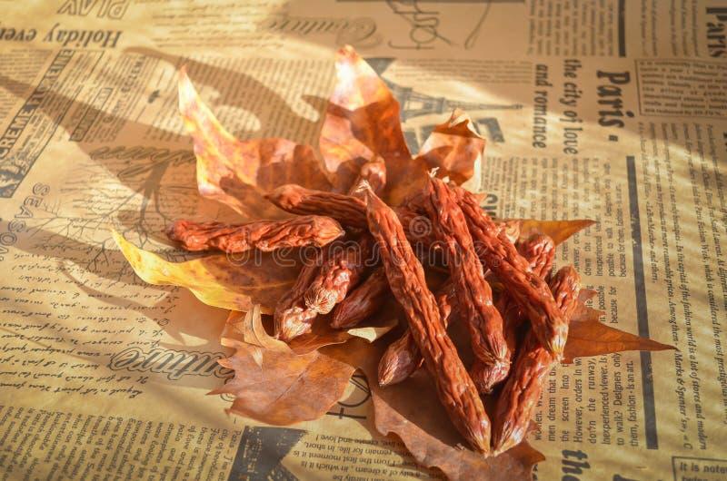 Salchichas de búsqueda condimentadas frescas Fumado en las pequeñas delicadezas de la manzana Fondo suave caliente Estilo rural imágenes de archivo libres de regalías