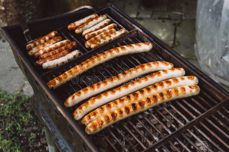 Salchichas de Barbequing en parrilla caliente Visi?n superior foto de archivo libre de regalías